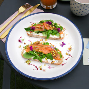 Toast saumon-pistache sur son fromage léger.